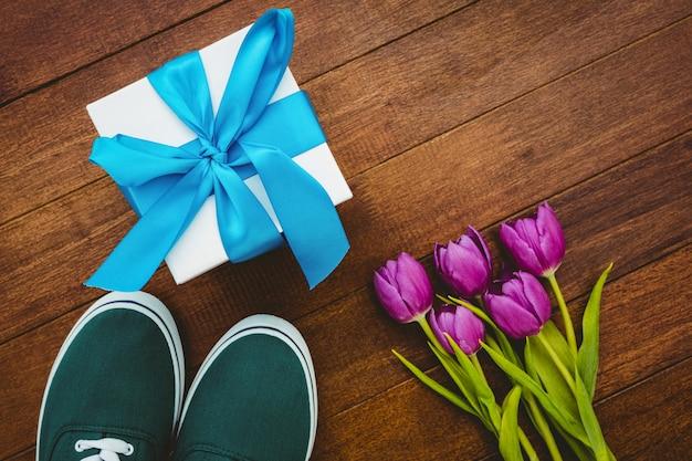 Bouchent la vue des baskets et cadeau bleu