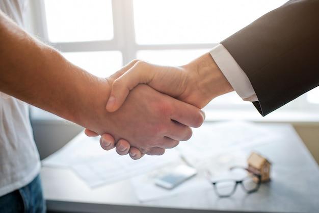 Bouchent la vue en coupe serrant la main de deux hommes.