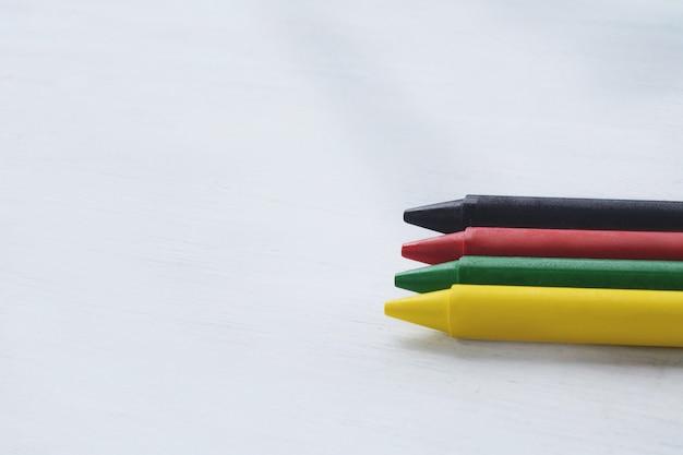 Bouchent la vue des crayons de cire colorés