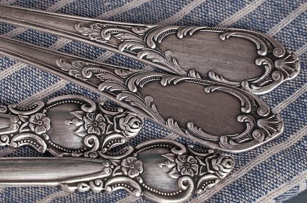 Bouchent la vue de dessus des couverts vintage sur une serviette bleue