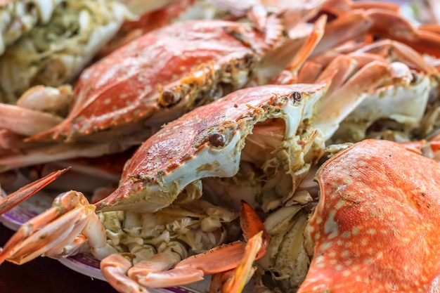 Bouchent la vue de dessus des crabes cuits à la vapeur dans le restaurant pour le déjeuner et le dîner