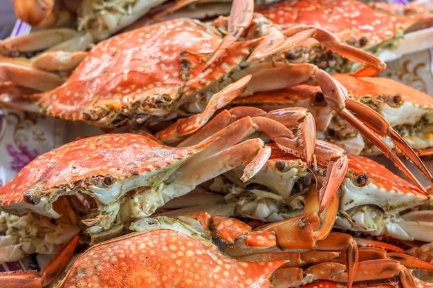 Bouchent la vue de dessus crabes cuits à la vapeur dans le restaurant pour le déjeuner et le dîner