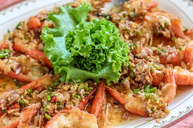 Bouchent la vue de dessus crevettes / crevettes cuites à la vapeur dans la plaque blanche prête à manger