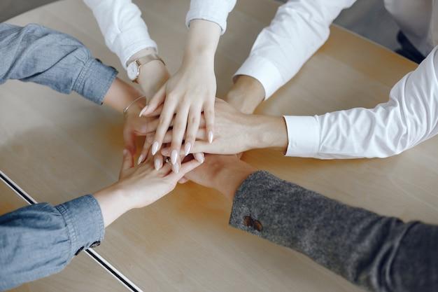 Bouchent la vue de dessus des jeunes gens d'affaires. équipe mettant leurs mains ensemble. pile de mains. concept d'unité et de travail d'équipe.