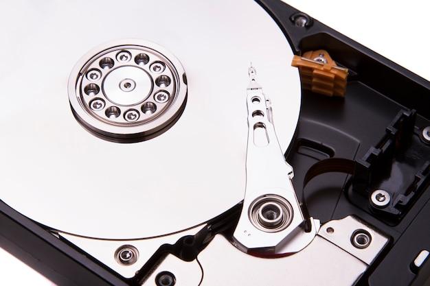 Bouchent la vue d'un disque dur d'ordinateur isolé sur fond blanc.