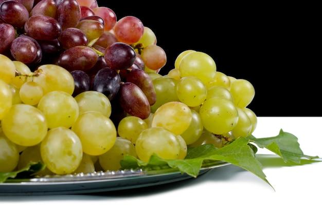 Bouchent la vue latérale des grappes de raisins de table rouges et verts juteux mûrs frais