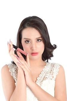 Bouchent la vue des lèvres de la belle femme avec du rouge à lèvres nude.