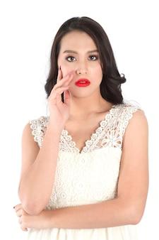 Bouchent la vue des lèvres de la belle femme avec du rouge à lèvres rose mat. concept de cosmétologie ou de maquillage de beauté.