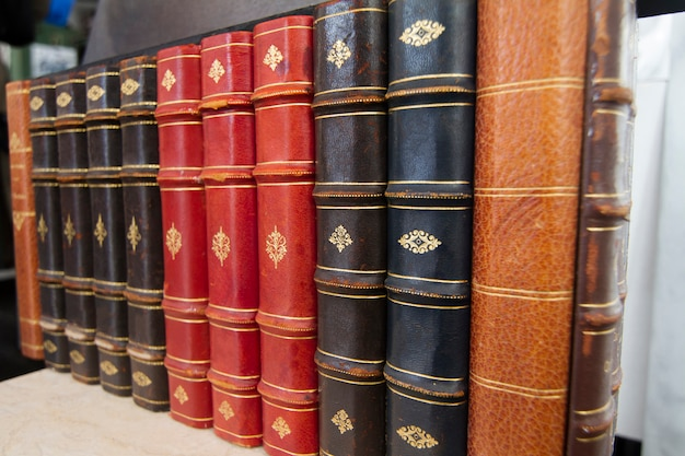 Bouchent la vue des livres anciens sur une étagère.