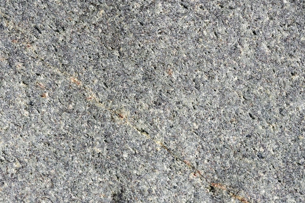 Bouchent la vue macro de la surface en pierre grise rugueuse. fond de nature détaillée ou texture de motif prise dans un environnement naturel. altéré au fil des ans, effet unique et inimitable au design texturé.
