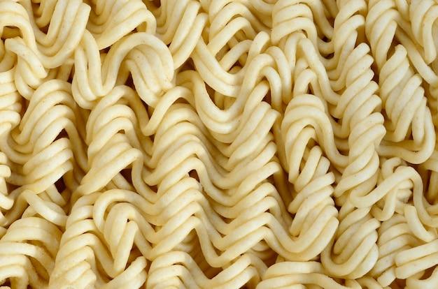 Bouchent la vue des nouilles instantanées jaunes sèches. cuisine traditionnelle chinoise