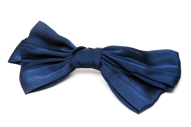 Bouchent la vue d'une petite cravate bleue pour les filles isolées sur fond blanc.