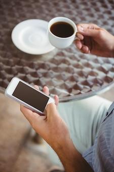 Bouchent la vue de textos homme d'affaires