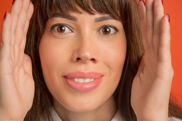Bouchent les yeux bruns sur le visage de la belle jeune fille caucasienne