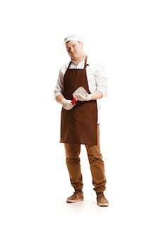 Boucher souriant, posant avec un couperet isolé