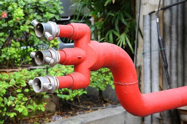 Bouches d'incendie à l'extérieur d'un immeuble de bureaux