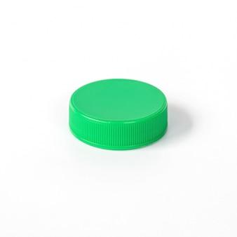 Bouchon de bouteille en plastique vert isolé sur blanc.