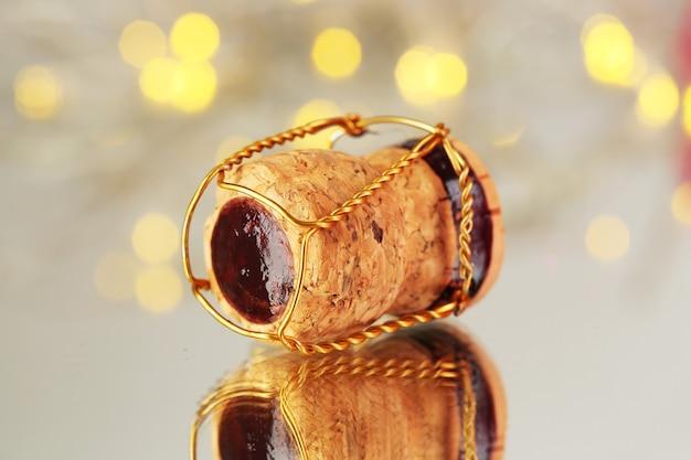 Bouchon de champagne sur fond de lumières de noël