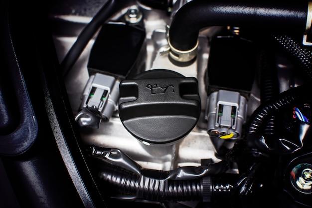 Bouchon d'huile moteur installé sur un moteur de voiture.