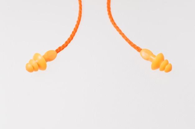 Bouchon d'oreille jaune isoler sur blanc