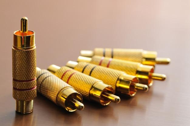 Bouchons d'or sur une table brillante
