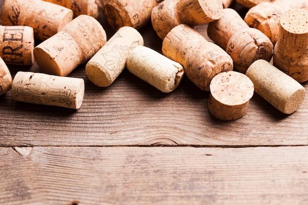 Bouchons sur la table en bois. concept de vin et d'alcool