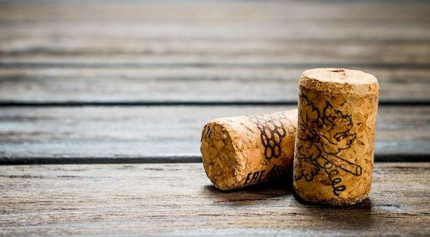 Bouchons de vin. sur un bois