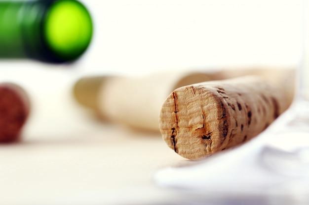 Bouchons de vin sur une table