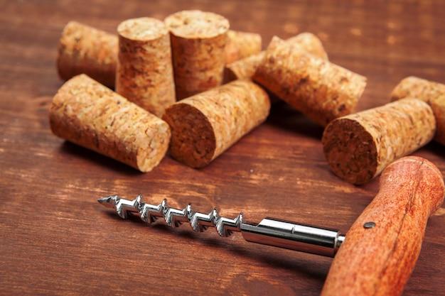 Bouchons à vin avec tire-bouchon sur table en bois