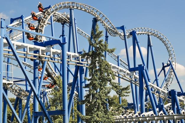 Boucle de montagnes russes dans le parc d'attractions