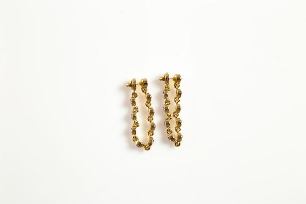 Boucles d'oreilles bijoux sur fond blanc isolé