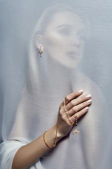 Boucles d'oreilles et bijoux en oreille femme sexy publicité