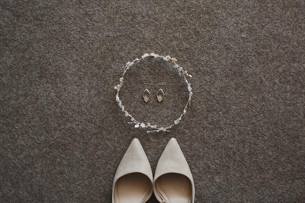 Boucles d'oreilles et chaussures de mariage beige tendre