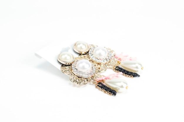 Boucles d'oreilles en cristal isolés sur blanc