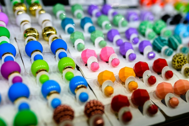 Boucles d'oreilles de différentes couleurs et pour tous les goûts de verre et de plastique.