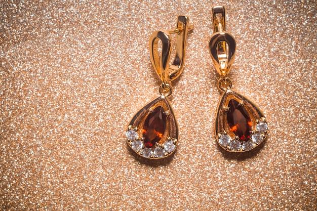 Boucles d'oreilles dorées avec grenat