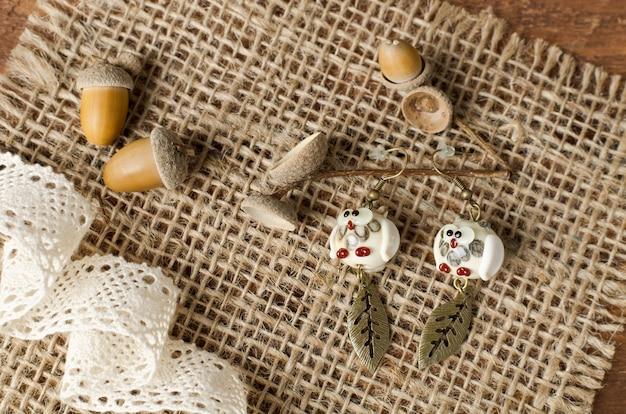 Boucles d'oreilles faites à la main. les figurines de hibou en verre sont fabriquées à la main. atelier à domicile