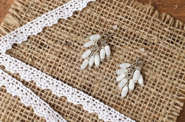 Boucles d'oreilles faites à la main en petites et grandes perles. atelier à domicile