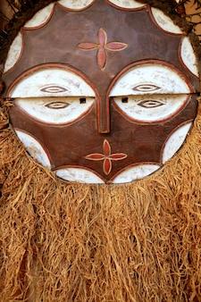 Bouclier de guerrier en bois ethnique africain
