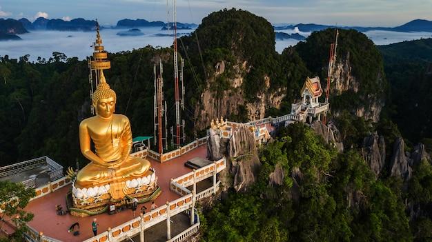Bouddha au sommet de la montagne du wat tham seua (tiger cae), krabi, thaïlande