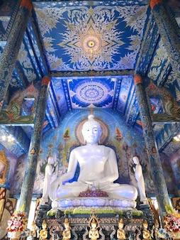 Bouddha blanc au temple bleu wat rong seur ten temple à chiang rai, thaïlande.