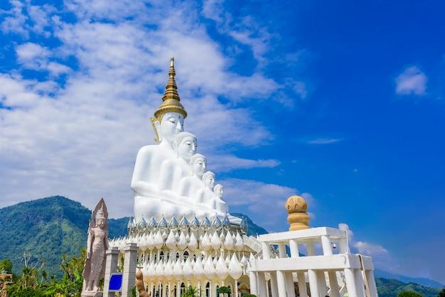 Bouddha blanc dans le temple wat phra that pha son kaew à phetchabun en thaïlande