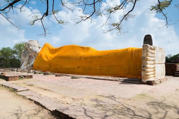 Bouddha couché du wat lokayasutha à ayutthaya, thaïlande.