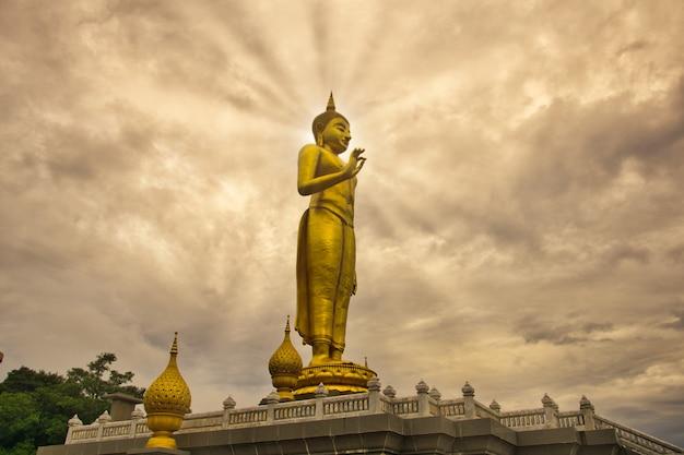 Bouddha debout dans la ville de hatyai, une métropole prospère.