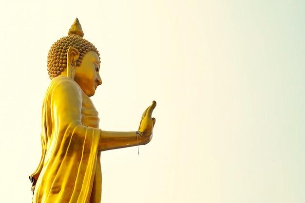 Bouddha doré au temple wat that thong, thaïlande