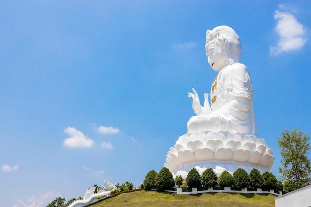 Bouddha kuan yin sur le ciel