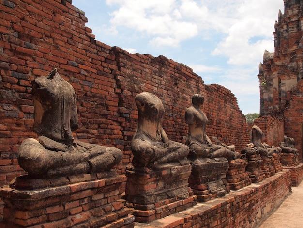 Bouddha avec vieux mur de briques ayutthaya, thaïlande