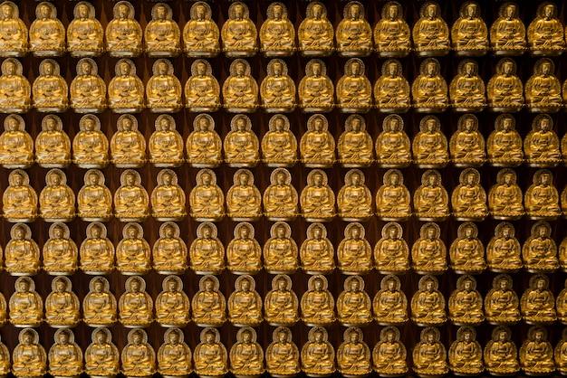 Bouddhas dorés alignés le long du mur du temple chinois
