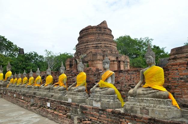 Bouddhas et pagode à wat yai chai mongkol à ayutthaya, thaïlande