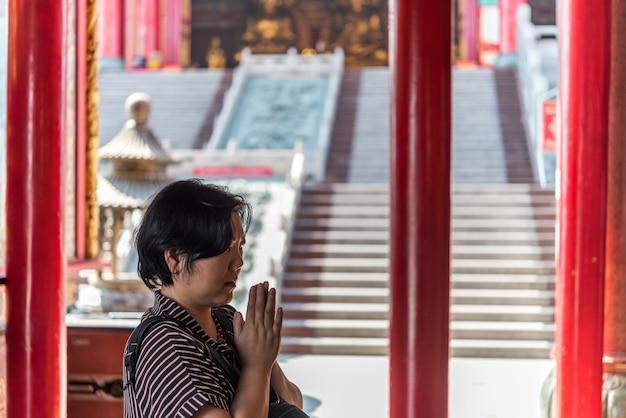 Le bouddhisme thaïlandais prie pour le culte de bienfaisance